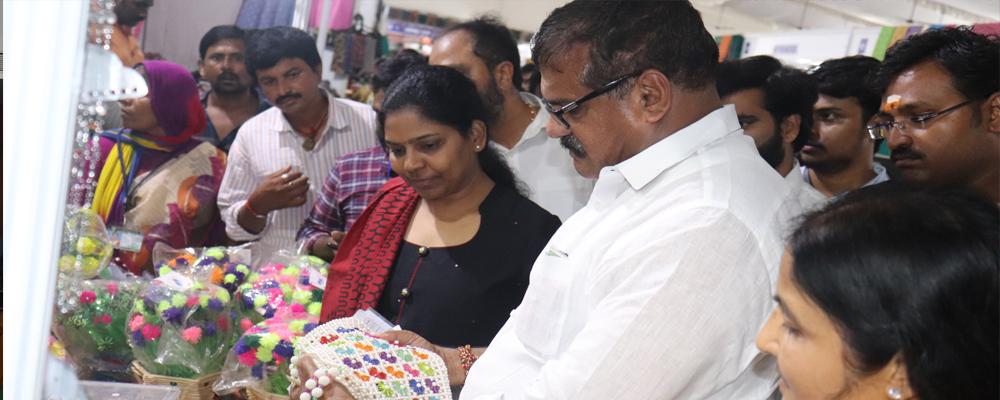 Hon\'ble Minister MA & UD Sri Botsa Satyanarayana interacting with SHG Entreprenuers at SARAS National Handicrafts Exhibition held at Vijayawada